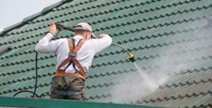 Homme qui nettoie un toit